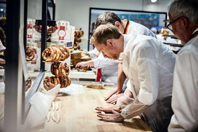 Christian Lindner (FDP) ist Brotbotschafter und unterstützt das Bäckerhandwerk bei seinem Protest gegen die Bonpflicht. Foto: © Zentralverband des Deutschen Bäckerhandwerks