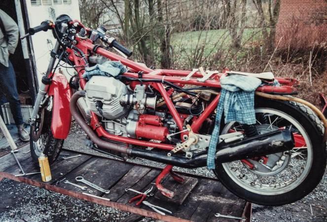 1990 begann der gebürtige Kölner Lamberty mit den Arbeiten an seiner Moto Guzzi, die seinerzeit noch ein hässliches Entlein war. Foto: © Helmut Lamberty