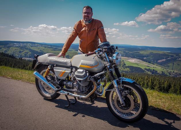 Lamberty und sein ganzer Stolz: die Moto Guzzi 850 T hat er in vielen Jahren Arbeit ganz nach seinen Wünschen gestaltet. Foto: © Helmut Lamberty