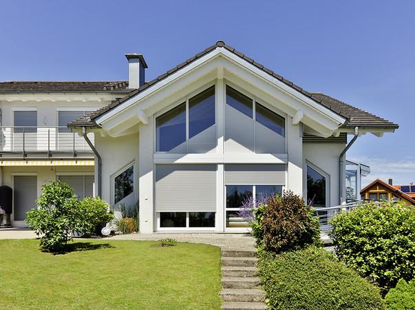 Bei modernen Häusern kommen vermehrt ungewöhnliche Fensterformen zum Einsatz, was auch die Anforderungen an die Rollläden erhöht. Foto: © Schanz Rollladensysteme