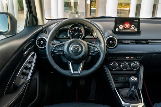 Innen ist der Mazda wohnlich. Das einfach bedienbare Multimediasystem vernetzt nun Smartphones. Foto: © Mazda
