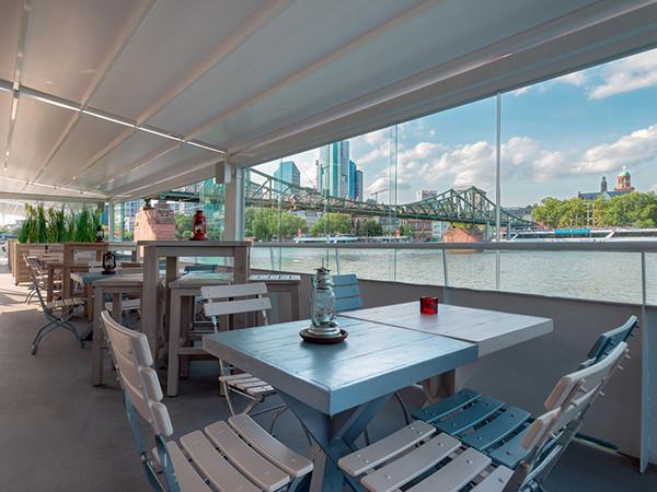 Durch den Einsatz der Outdoor-Lösungen kann in der Außengastronomie sowohl ein geschütztes wie stimmungsvolles Ambiente geschaffen werden. Foto: © Weinor