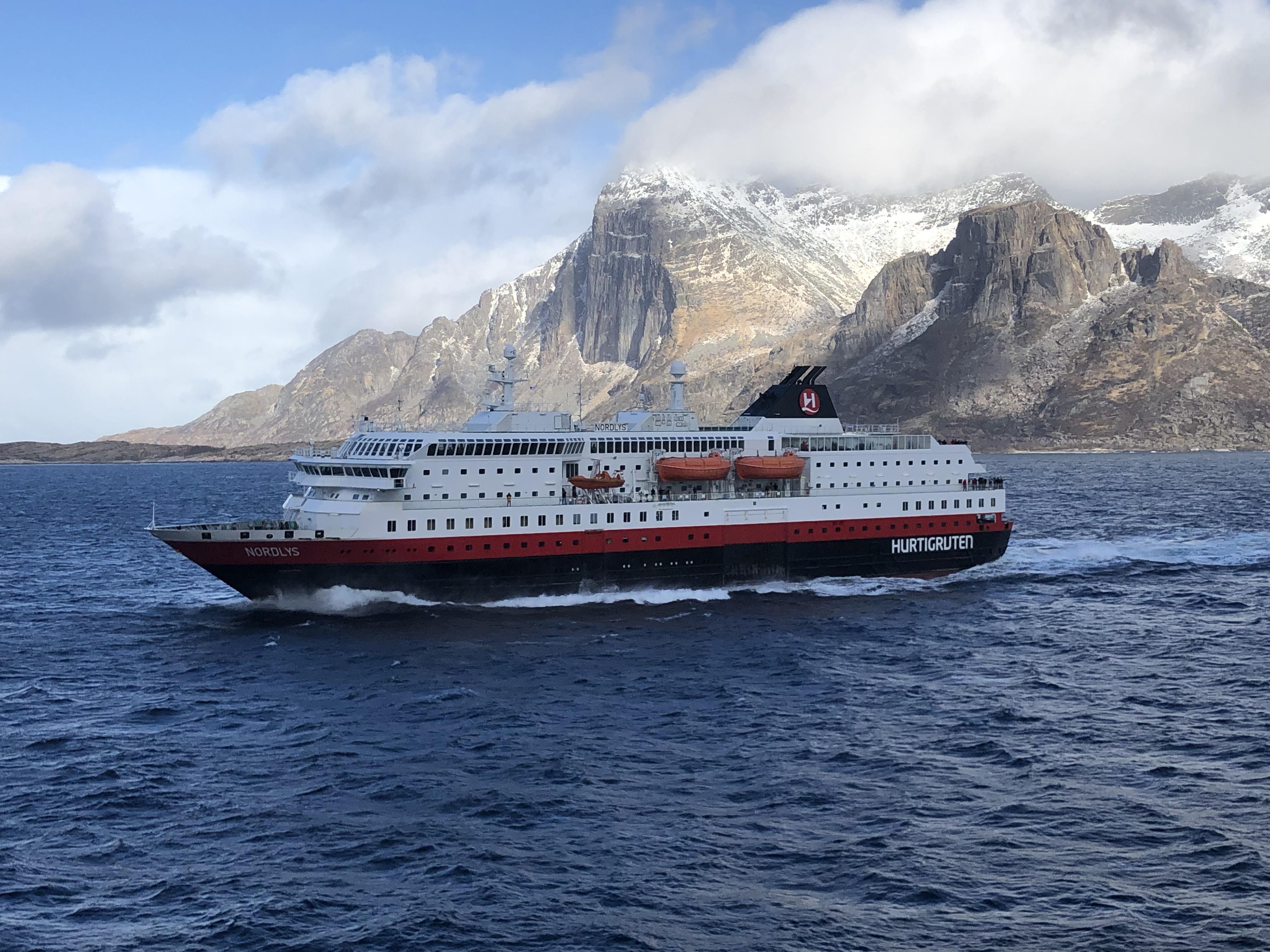 Die Schiffe sind nach wie vor im Fährbetrieb von Bergen nach Kirkeness unterwegs. Foto: © DHB