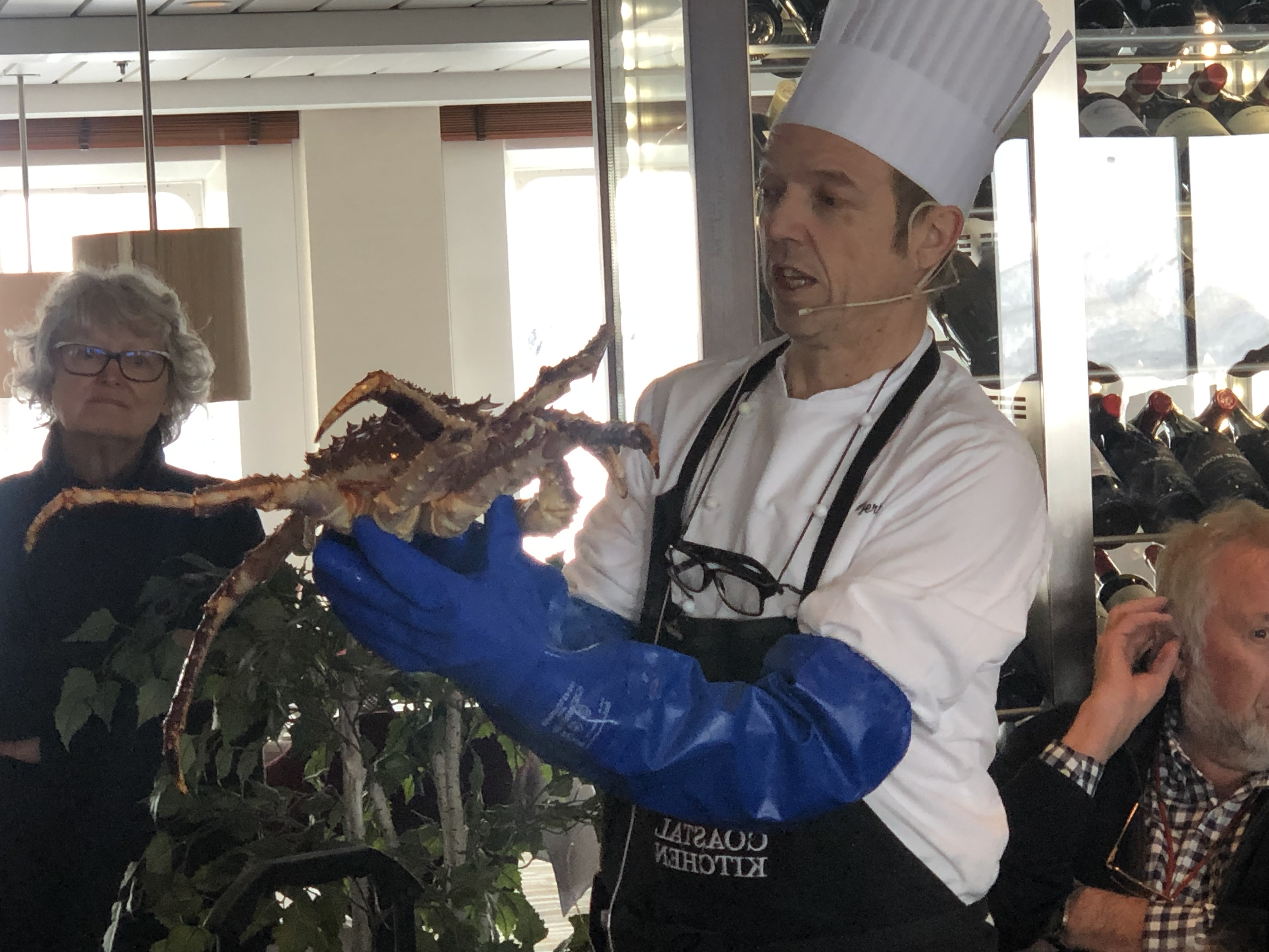 Chefkoch Kurt Gjentsen präsentiert eine Königskrabbe. Sie gehört zu den besonderen Delikatesse auf dem Schiff. Foto: © DHB