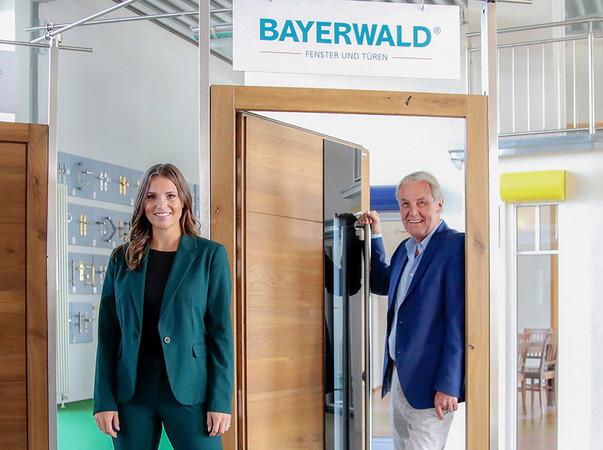 Beim ersten Unternehmensbesuch in Neukirchen vorm Wald zeigten sich beiden prominenten Fernseh-Profis von der Thematik und den Produkten des Premiumherstellers begeistert. Foto: © Bayerwald