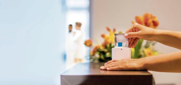 Seit 2015 gilt nur noch die elektronische Gesundheitskarte als Berechtigungsnachweis, um Leistungen der Krankenversicherungen in Anspruch nehmen zu können. Foto: © Inga Geiser / DHB-Montage