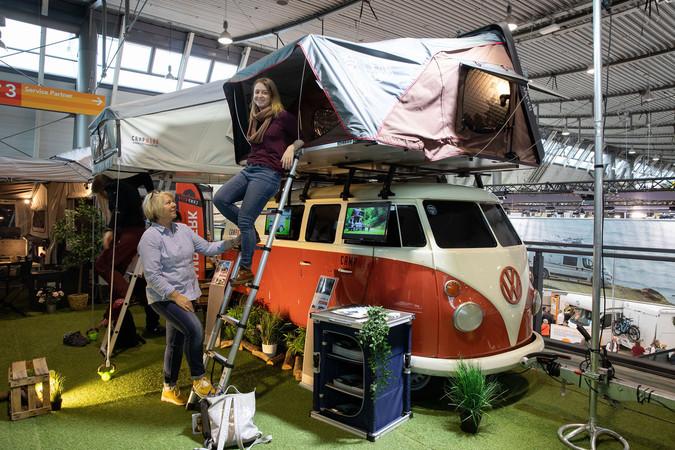 VW Bus mit Dachzelt, bestens gerüstet für den Alltag und Urlaub Foto: © MESSE STUTTGART