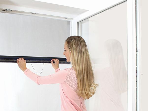 In Neu- und Bestandsbauten, deren Fenster erstmalig mit Sonnenschutzsystemen ausgestattet werden, empfiehlt sich die integrierte Variante des Insektenschutzrollos. Foto: © Alukon