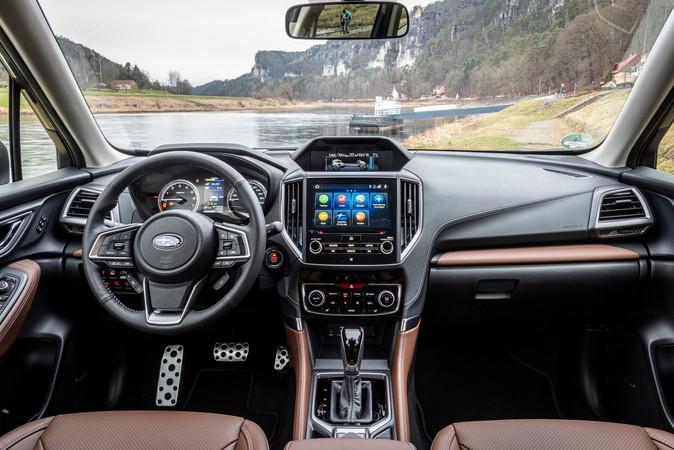 Das Cockpit präsentiert sich aufgeräumt, das Multimediasystem lässt sich einfach bedienen. Foto: © Subaru