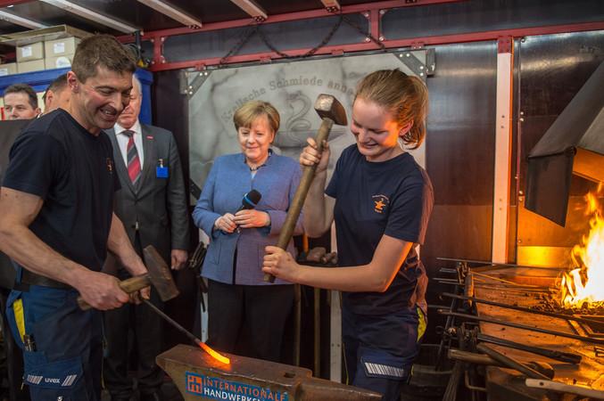 Messerundgang mit Bundeskanzlerin Dr. Angela Merkel im Rahmen des Münchener Spitzengesprächs der Deutschen Wirtschaft anlässlich der Internationalen Handwerksmesse in München. Foto: © GHM