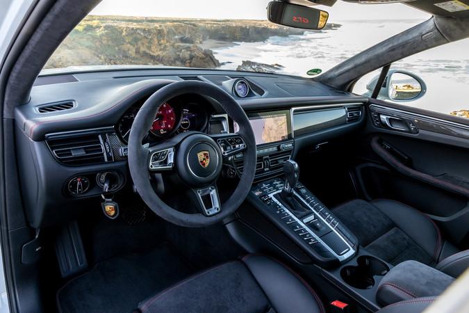 Sportsitze, ein Sportlenkrad sowie ein rot unterlegter Drehzahlmesser werten den Innenraum auf. Foto: © Porsche
