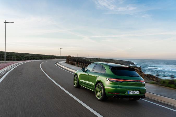 Kein anderes Mittelklasse-SUV der Zuffenhausener liegt tiefer auf der Straße als der Macan GTS. Foto: © Porsche