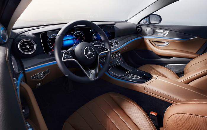 Ein digitales Cockpit ist jetzt immer Serie, das neue Lenkrad erkennt die Hände des Fahrers. Foto: © Mercedes-Benz