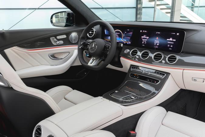 Augmented-Reality ist neu in der Mercedes E-Klasse und unterstützt seinen Piloten bei der Routenführung. Foto: © Mercedes-Benz
