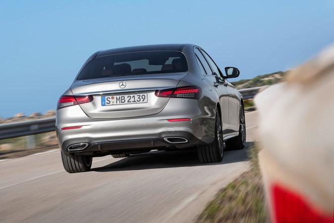 Die vorgenommenen Änderungen am Heck lassen den Mercedes breiter erscheinen. Foto: © Mercedes-Benz