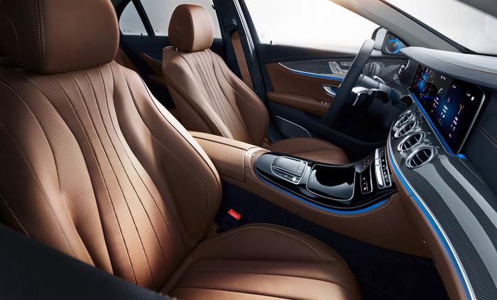Die Sitze fordern den Fahrer auf eine bessere Haltung einzunehmen und halten ihn dadurch fit. Foto: © Mercedes-Benz