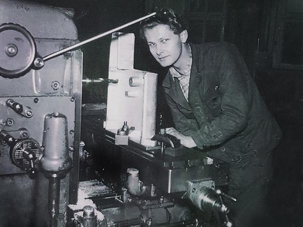 Vor 60 Jahren gründete Kurt Berner (1934-2019), hier zu sehen an einem Bohrwerk, sein Unternehmen Kurt Berner Apparatebau. Foto: © Berner Torantriebe