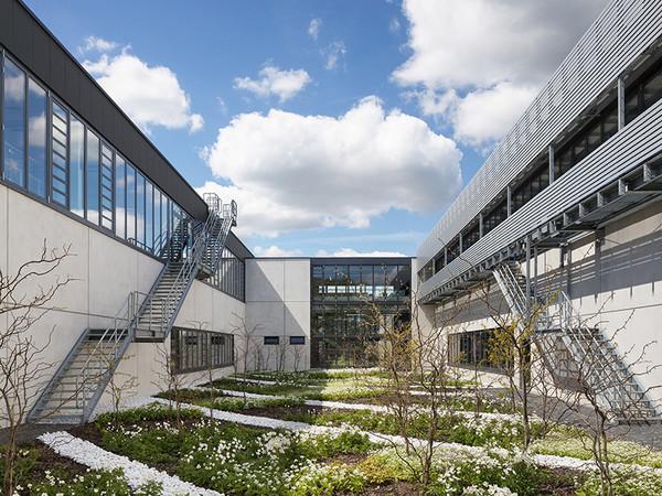 Bepflanzte Innenhöfe laden die Mitarbeiter zur Mittagspause im Grünen ein. Foto: © Solarlux GmbH