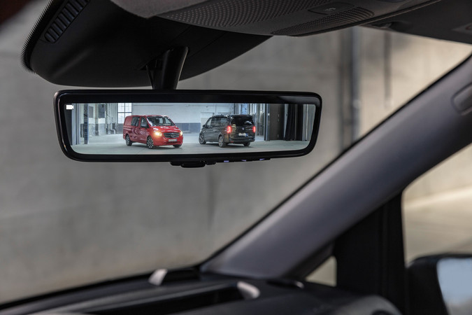 Mit dem digitalen Innenspiegel hat der Fahrer auch bei dachhoher Beladung einen freien Blick nach hinten. Foto: © Mercedes-Benz