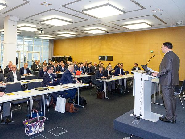 FVSB-Vorsitzender Karl Kristian Woelm begrüßte die Teilnehmer zum Branchentreff in Frankfurt. Foto: © FVSB
