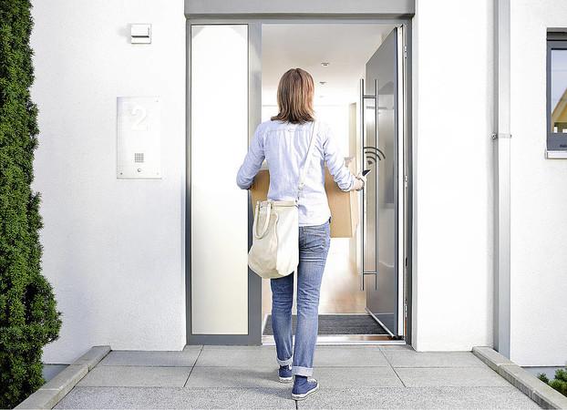 Moderne barrierefreie Türen lassen sich per App mit dem Handy öffnen. Foto: © VFF / SIEGENIA GRUPPE