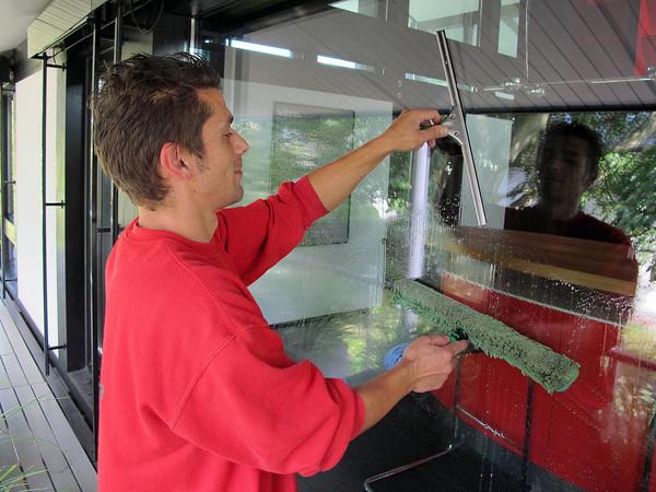 Vor der Reinigung des Glas und Rahmens sollten Falze und Dichtungen gründlich gereinigt werden. Foto: © Putzteufel Gebäudereinigung OHG