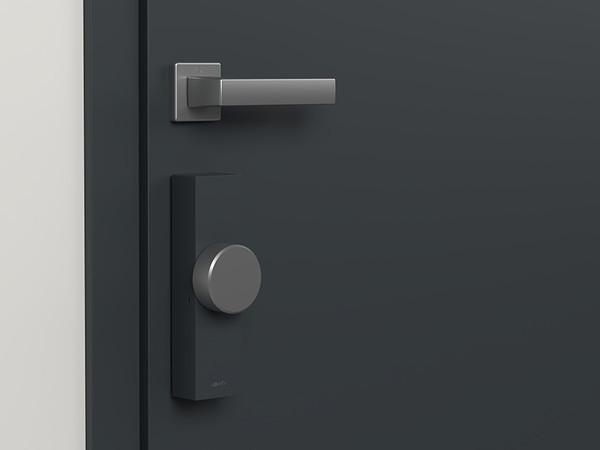 Ebenfalls präsentiert wurde das erste vernetzt-motorisierte Türschloss mit integrierter Verschlusserkennung und einem Einbruchsmelder. Foto: © Somfy