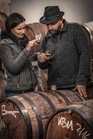 Brennmeister Severin Simon und seine Frau Susanne, eine gelernte Edelsommelière, beim Verkosten. Foto: © Severin Simon