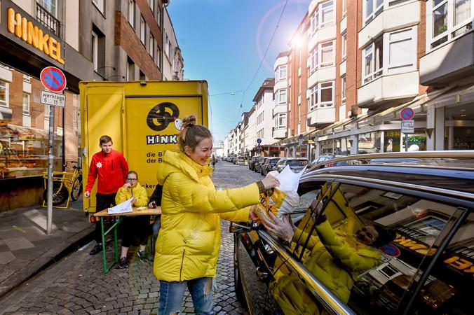 Der Drive-In-Verkauf der Düsseldorfer Bäckerei Josef Hinkel. Die Familie hilft mit. Foto: © Bäckerei Josef Hinkel