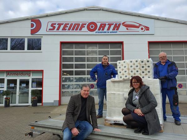 Klaus Steinforth (Geschäftsführer), Roman Thinnes (Annahmeleiter), Sylvia Kopczyk (Betriebsleiterin Grefrath), Günter Engelsmann (Werkstattleiter). Foto: © Steinforth GmbH