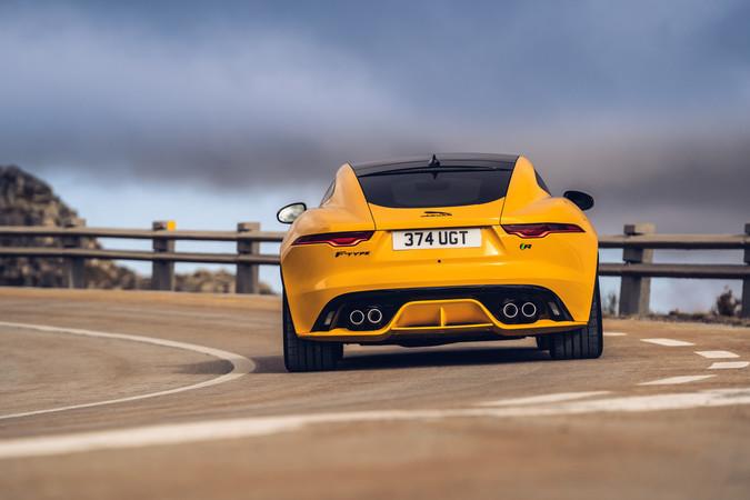 Drei Motoren von 300 bis 575 PS stehen beim Jaguar zur Wahl. Foto: © Jaguar