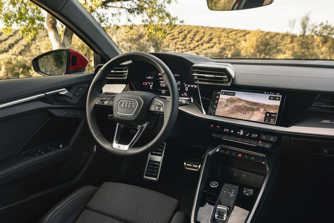 Innen ist der A3 Sportback im digitalen Zeitalter angekommen und präsentiert sich hochmodern. Foto: © Audi
