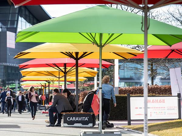 Eine 150 Meter lange und bunte Schirmallee lud zum Verweilen ein. Foto: © Messe Stuttgart
