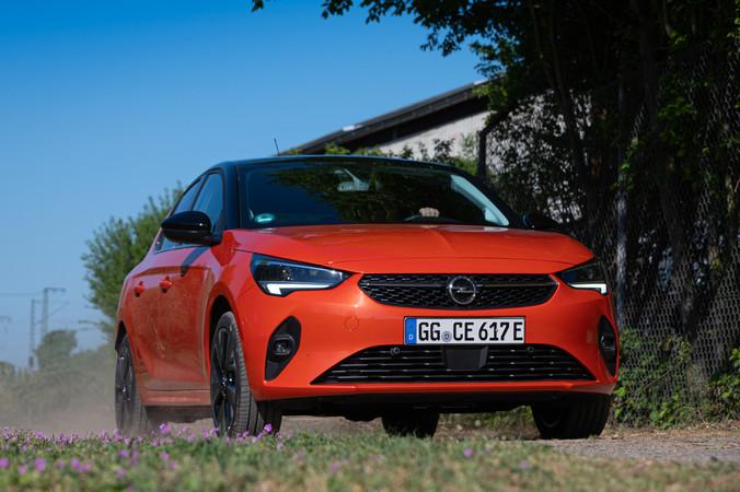 Sportlich unterwegs mit dem elektrischen Kleinwagen von Opel. Foto: © Martin Bärtges