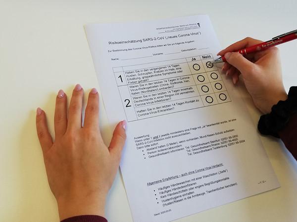 Der wöchentliche Gesundheitsfragebogen für die Belegschaft informiert über die Lage. Foto: © Raphael Gorski/GS electronic