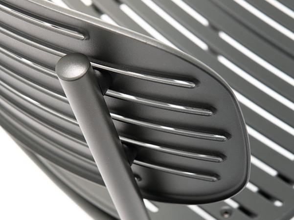 Dieses Modell besticht durch die breite Sitzfläche und Rückenlehne in Lamellenoptik. Foto: © Go In