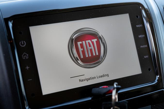 Moderne Technik im Cockpit des Fiat Ducato mit integrierter Navigation. Foto: © Martin Bärtges