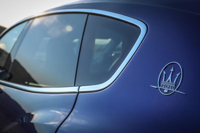Rundum-Kameras und Sensoren helfen dem Fahrer beim Einkaufen, so dass der Maserati Levante Trofeo keine Dellen und Schrammen bekommt. Foto: © Maserati