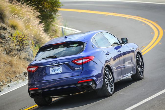 Auf der Straße bietet der Maserati Levante Trofeo puren Fahrspaß, in engen Gassen und Parkhäusern leidet jedoch die Beweglichkeit. Foto: © Maserati