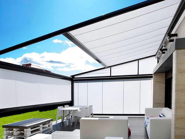 Mit Vertikal- und Seitenmarkisen oder tuchbespannten Seitenelementen lässt sich das Pergola Modell zu einem gemütlichen Raum im Freien verwandeln. Foto: © Markilux