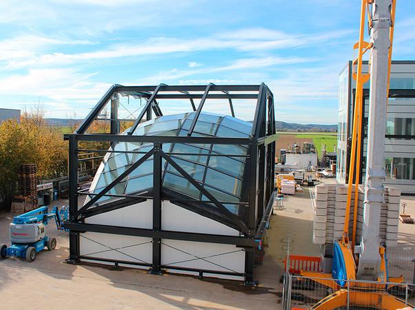 DigitalTWIN nutzt das Testgelände des Fassadenbauunternehmens seele als TV-Studio für das Online-Forum XR4Site. Foto: © seele
