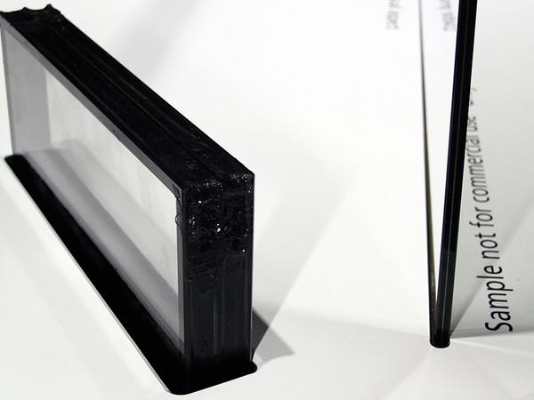 Das auf der Sonderschau glass technology live während der glasstec 2018 aufgenommene Bild zeigt sehr gut das Dickenverhältnis von klassischem Dreifach-Isolierglas (li.) und dem Vakuum-Isolierglas Finio von AGC Interpane. Foto: © Vössing