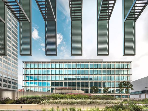 Behörde mal anders: Der Neubau für die katalonische Regierung präsentiert sich als hoch modernes Dienstleistungszentrum mit kurzen Wegen, für das Graepel wesentliche Teile der Fassade lieferte. Foto: © Wijkmarkphoto