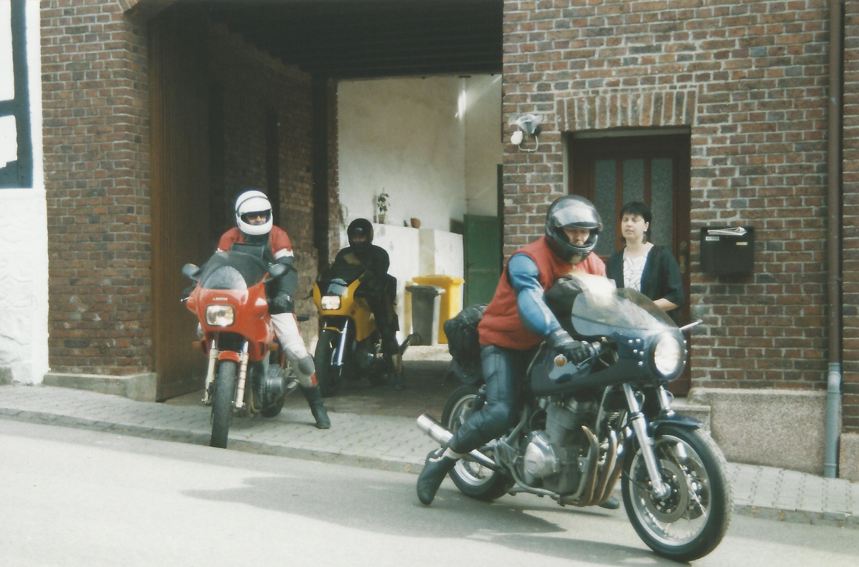 Eine der vielen Abfahrten aus Dom Esch: Roger Viehl (r.) und Peter Piet Herrmann auf der gelben Laverda im Hintergrund. Foto: © Roger Viehl