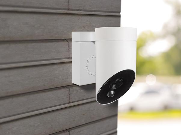 Mit einer 110 Dezibel lauten Sirene ist die Außenkamera ausgestattet und kann auch mit einer Lichtquelle verknüpft werden. Foto: © Somfy