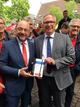 KH-Hauptgeschäftsführer Frank Tischner überreicht den Erklärfilm von zu viel Bürokratie SPD-Kanzlerkandidat Martin Schulz (v.r.) Foto: © KH Steinfurt