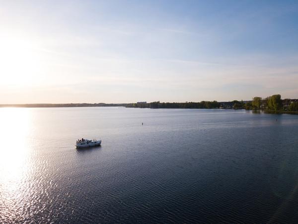Bei einer Fahrt über die Seenplatte ist es wichtig, auf der gekennzeichneten Fahrrinne zu bleiben. Foto: © Locaboat