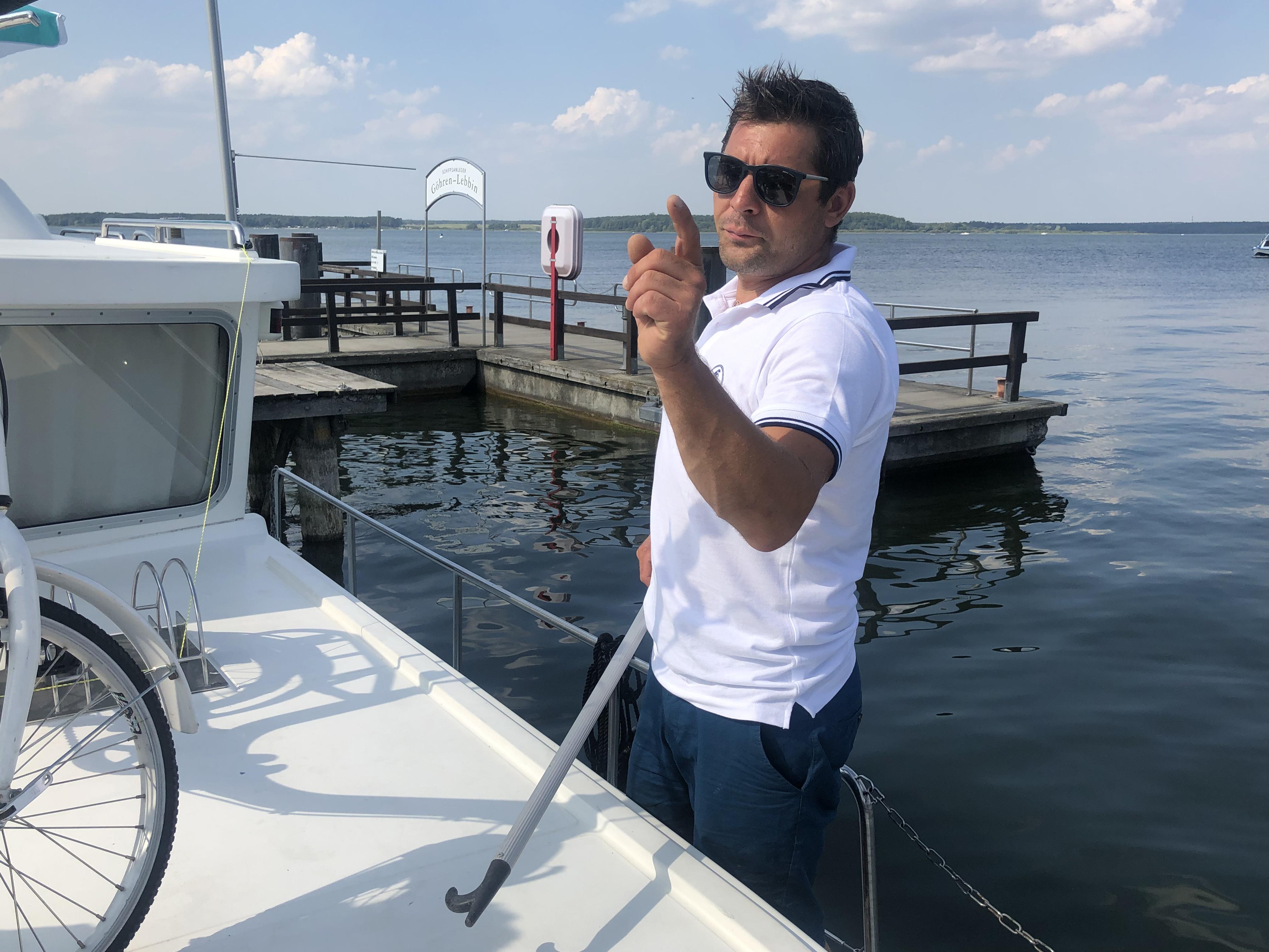 Immer gut gelaunt: Svenni ist für den praktischen Teil des Charterbootführerscheins zuständig. Foto: © DHB