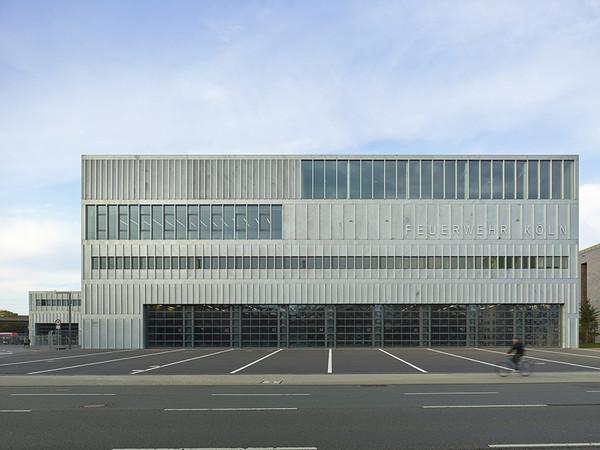 Projekt: Feuerwehrzentrum Köln. Architektur: Knoche Architekten BDA. Foto: © Roland Halbe