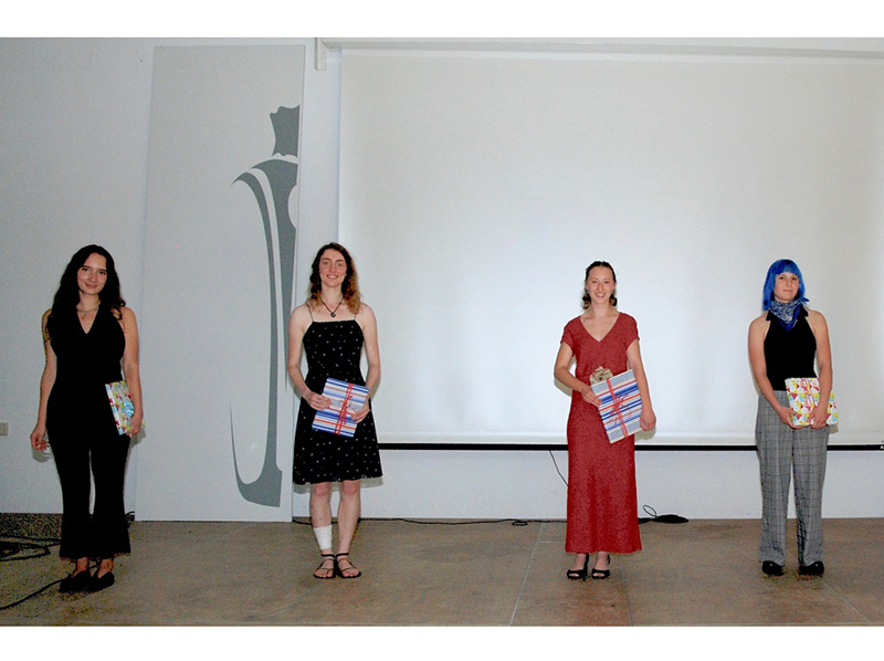 Ehrung der Jahrgangsbesten: Marla Hammerdinger, Maria Voß, Sarah Hunnenmörder und Delia Stünitz (v.l.n.r.). Foto: © Glasfachschule Hadamar / Reiner Eul